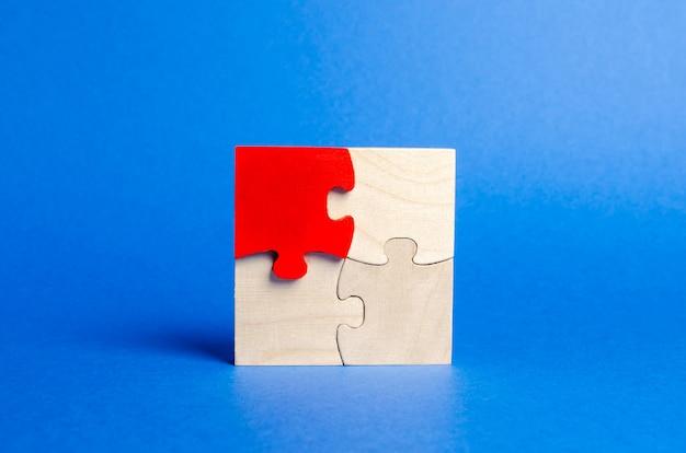 Puzzle di legno sul blu