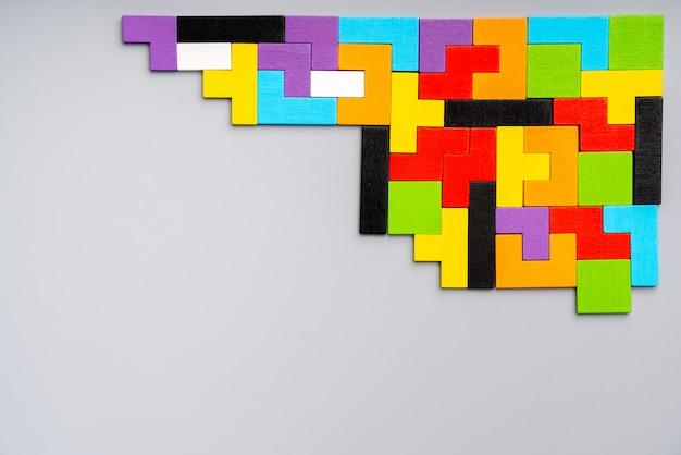 Puzzle giocattolo per bambini nel concetto di educazione creativa in piano laici