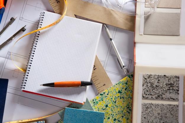 Quaderno a spirale dell'ufficio sul posto di lavoro dell'architetto