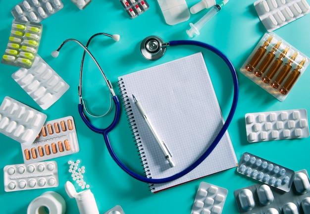 Quaderno a spirale stetoscopio sul posto di lavoro medico