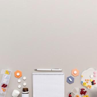 Quaderno copia-spazio con pillole