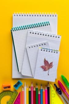 Quaderno di scuola e vari articoli di cartoleria. educazione concettuale