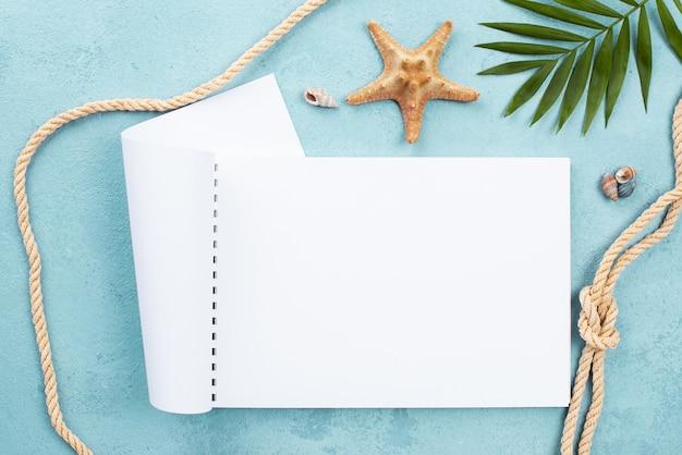 Quaderno disteso con stelle marine a lato