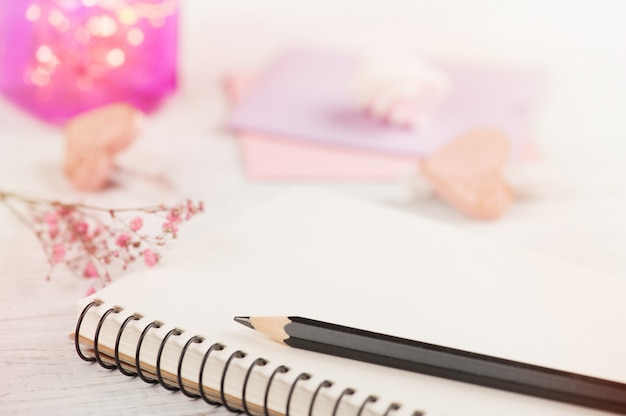 Quaderno, fiori e luci rosa
