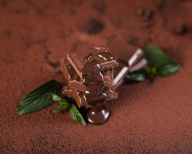 Quadrati di barretta di cioccolato ad alto angolo con sciroppo
