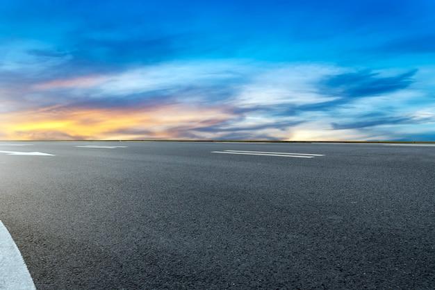 Quadrato della strada e nuvola del cielo