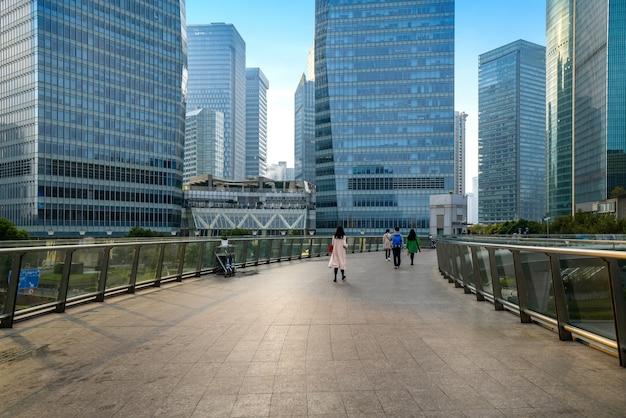 Quadrato e grattacielo vuoti nel centro finanziario di shanghai, cina