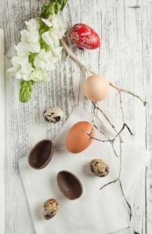 Quaglia, pollo e uova di pasqua rosse
