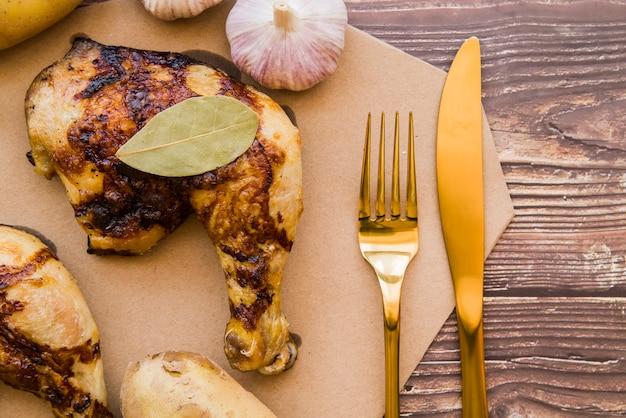Quarto di coscia di pollo alla griglia sul tavolo