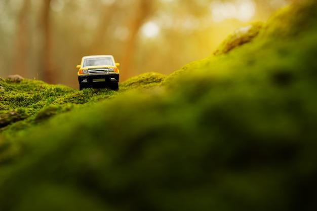 Quattro a quattro fuoristrada attraversando la montagna ricoperta di muschio verde. concetto di viaggio e corsa per la trazione integrale fuori dal veicolo stradale.