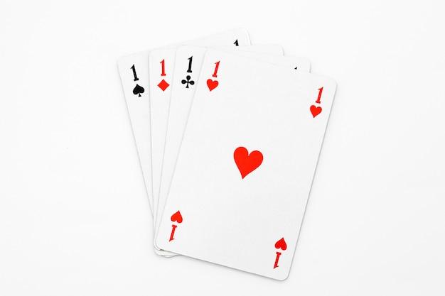 Quattro assi su bianco isolato