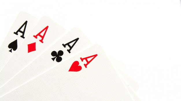 Quattro assi su sfondo bianco