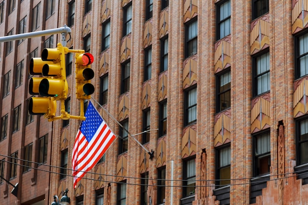 Quattro bandiere americane che ondeggiano su una costruzione nella città di new york