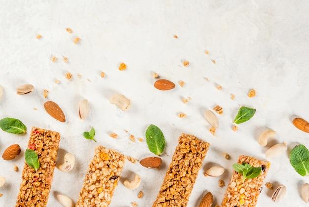 Quattro barrette di cereali al muesli