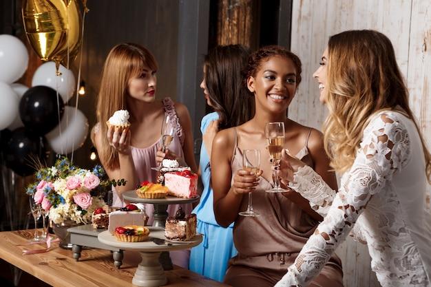 Quattro belle ragazze che riposano alla festa.