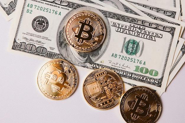 Quattro bitcoin e un pacco di dollari