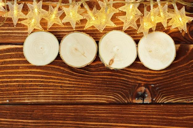 Quattro blocchi di legno con stelle deocrative. anno nuovo concetto
