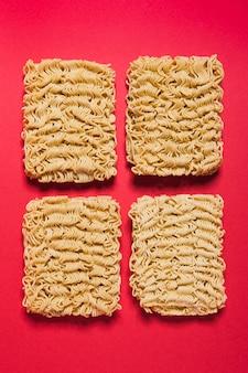 Quattro blocchi di spaghetti istantanei