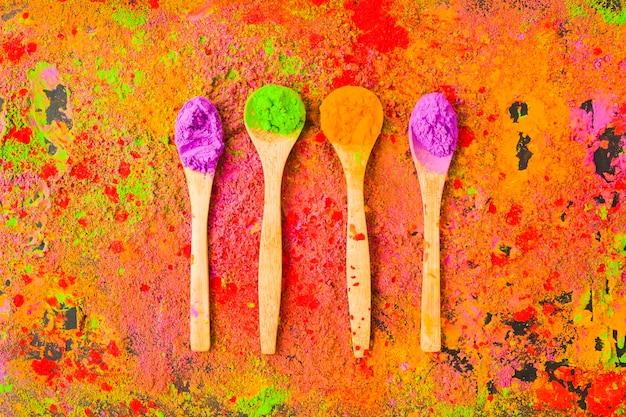 Quattro cucchiai con polveri sul tavolo