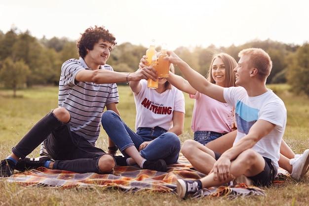 Quattro migliori amici festeggiano l'anno di studio finito con successo all'università