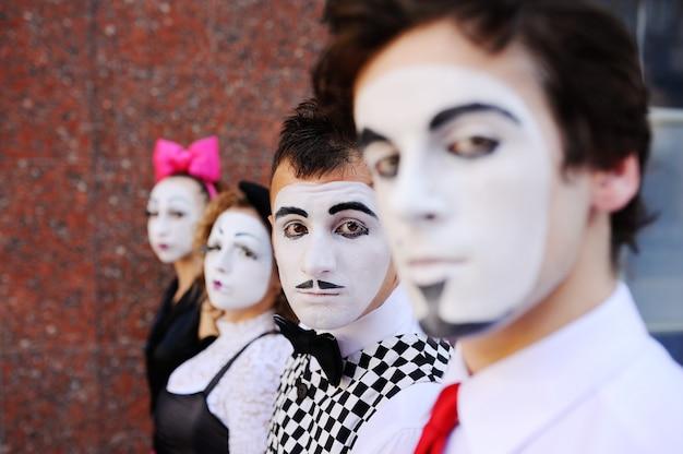 Quattro mime guardano avanti. profilo mime