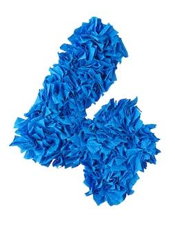 Quattro, numero fatto a mano 4 da frammenti di carta blu isolati su bianco