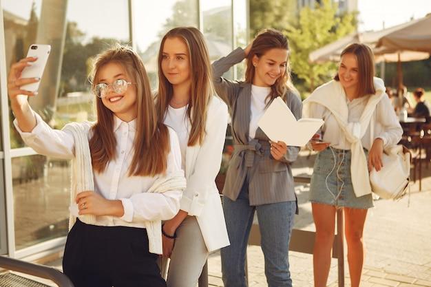 Quattro studenti in un campus studentesco con taccuini