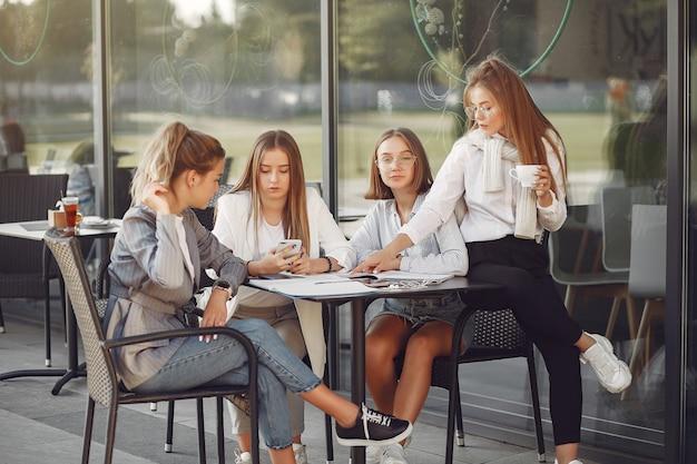 Quattro studenti in un campus studentesco seduti al tavolo