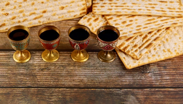 Quattro tazze piene di vino con matzah. festività ebraiche pasqua ebraica.