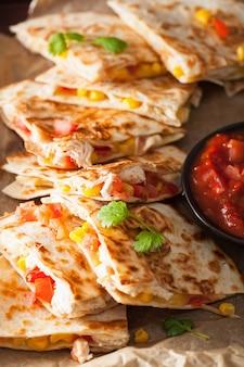 Quesadilla messicana con pomodori e formaggio