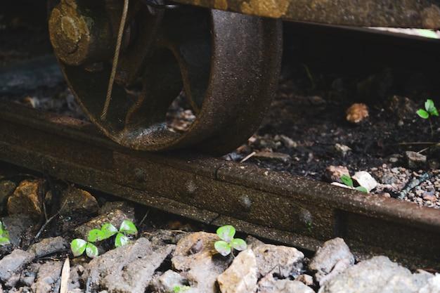 Questa vecchia cravatta arrugginita della ferrovia, primo piano di un treno whee binario abbandonato