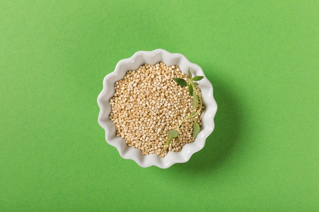 Quinoa in ciotole bianche