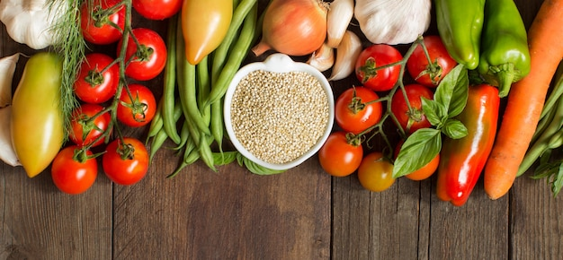 Quinoa in una ciotola e verdure fresche