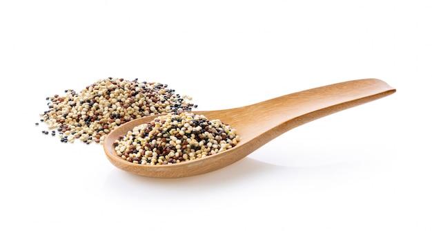Quinoa isolata su bianco