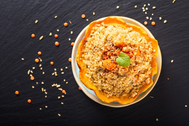Quinoa organica casalinga fatta in casa di cibo sano farcito gnocco dolce farcito su pietra ardesia nera