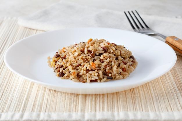Quinoa vegetariana, riso, lenticchie e insalata di mais