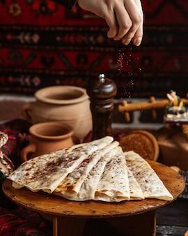 Qutab tradizionali conditi con sumakh