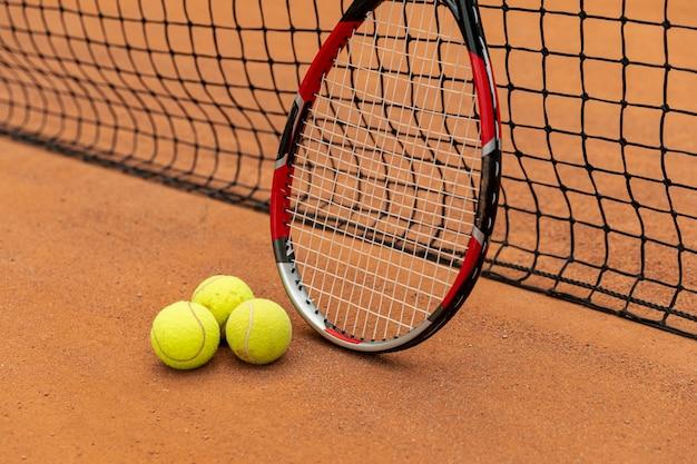 Racchetta close-up con palline da tennis