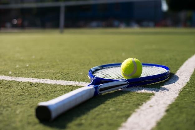 Racchetta da tennis di primo piano sul campo da tennis