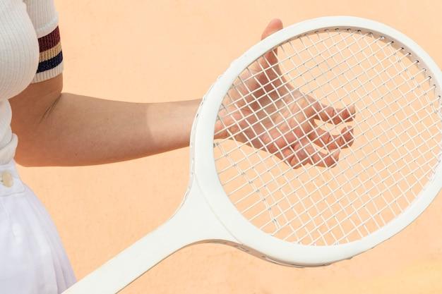 Racchetta di tennis del primo piano sul campo