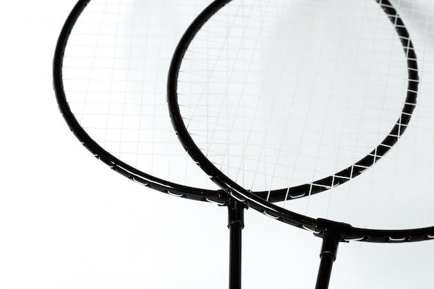 Racchette da badminton su bianco