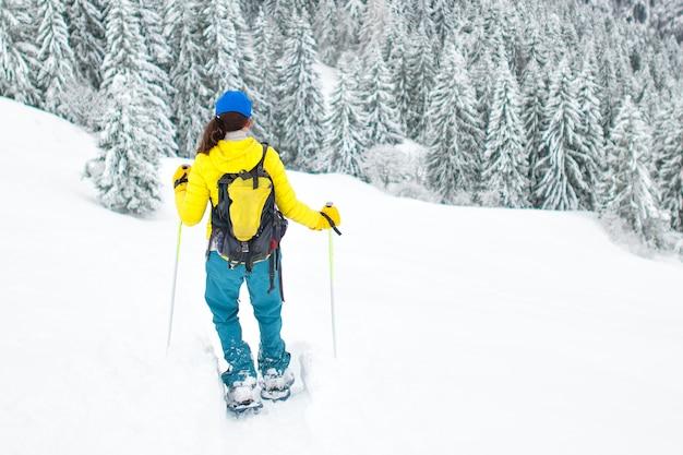 Racchette da neve dopo una grande neve in solitudine