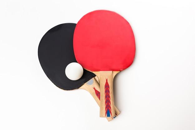 Racchette da ping-pong e palla, isolato su bianco