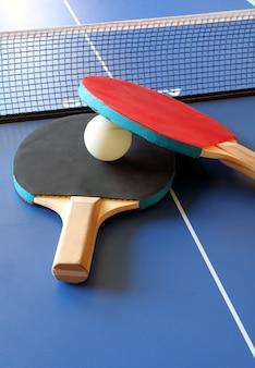 Racchette e tavolo da ping pong