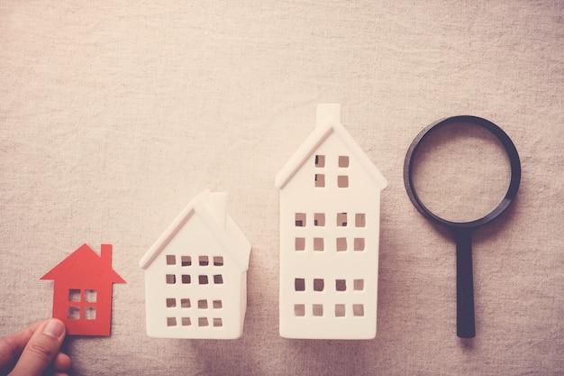 Raccogliendo a mano la proprietà di casa giusta, concetto di ricerca casa