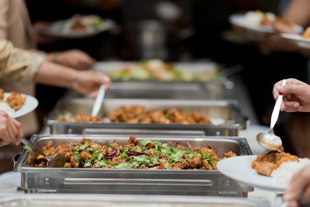 Raccogliendo cibo, catering, cena