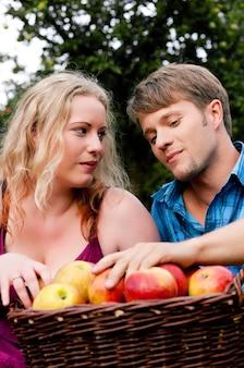 Raccogliere, mangiare mele