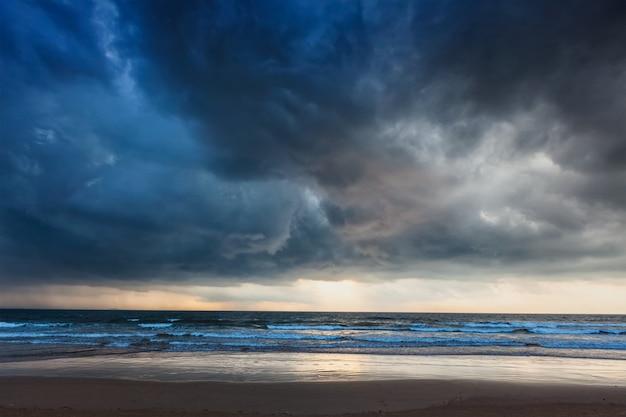 Raccogliere tempesta sulla spiaggia