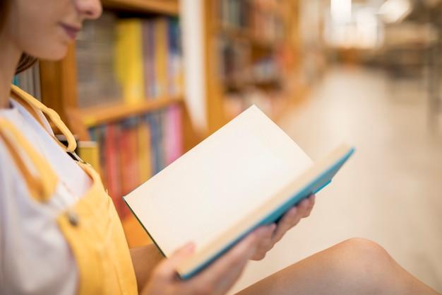 Raccolga il libro di lettura della donna in biblioteca