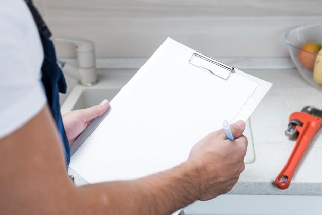 Raccolga l'idraulico con il ridurre in pani di carta